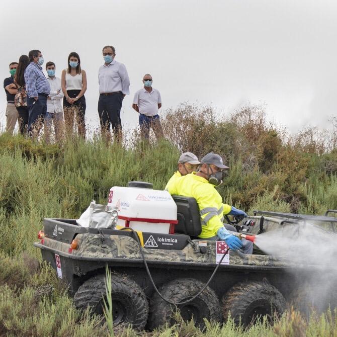 Trabajadores de Lokímica desinfectando con el vehículo anfibio durante la presentación